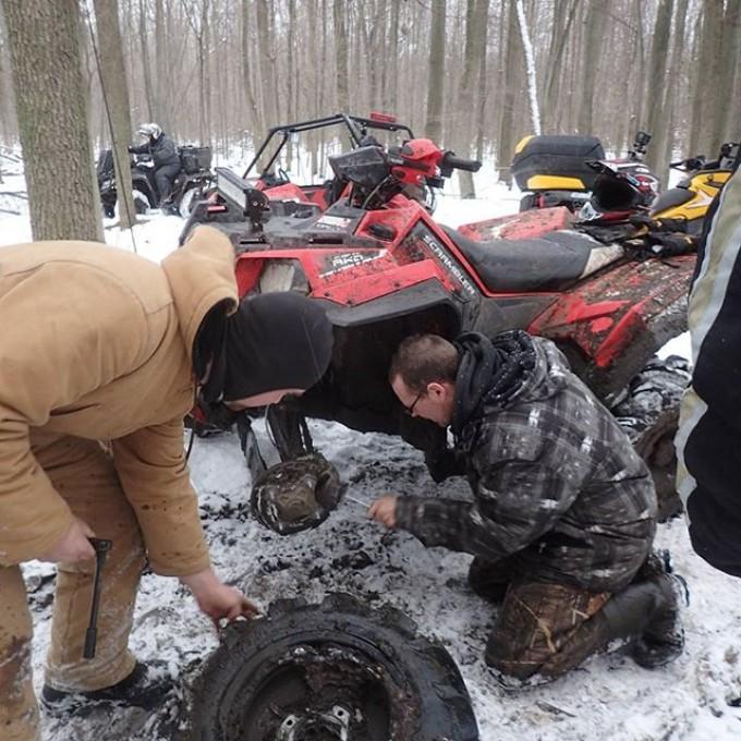 @chriscross4653 of the #SwampDonkeys helping out Dustan's #Scrambler broken #axle #GLATV